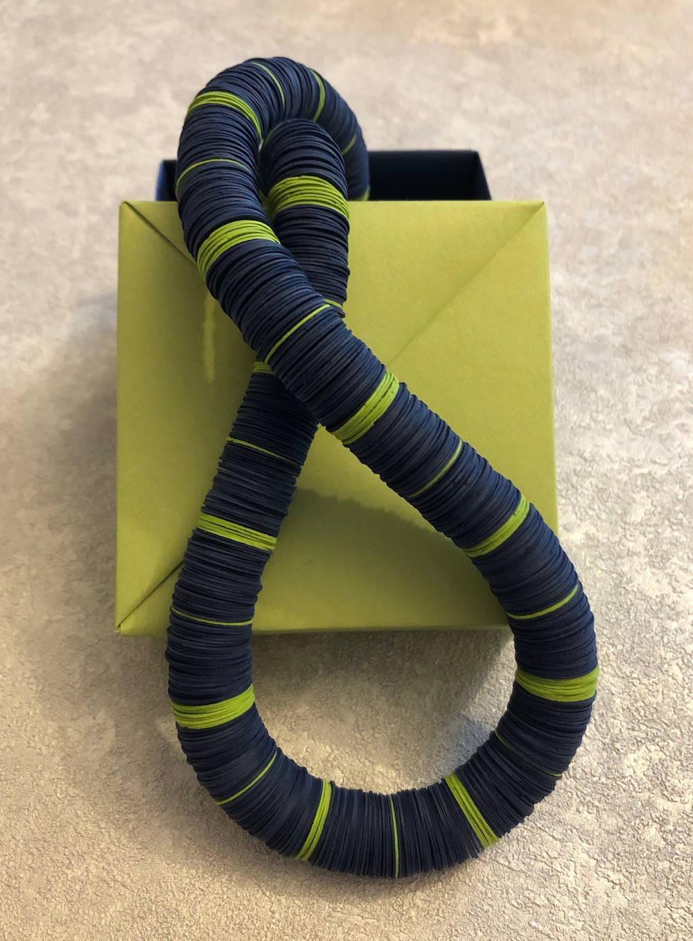 Handgefertigte Kette aus Papier in blau-grün