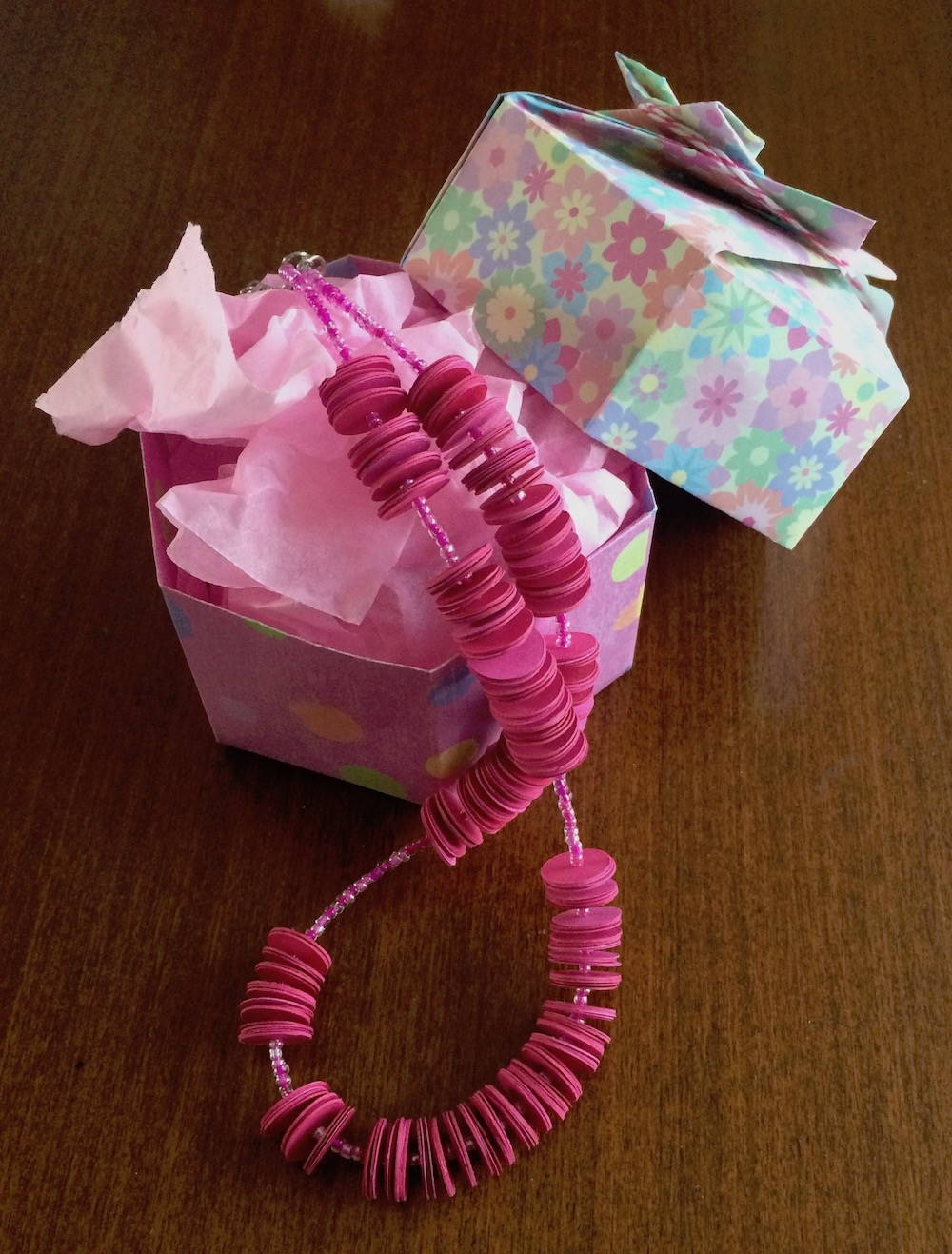 Handgefertigte Kette aus Papier in pink