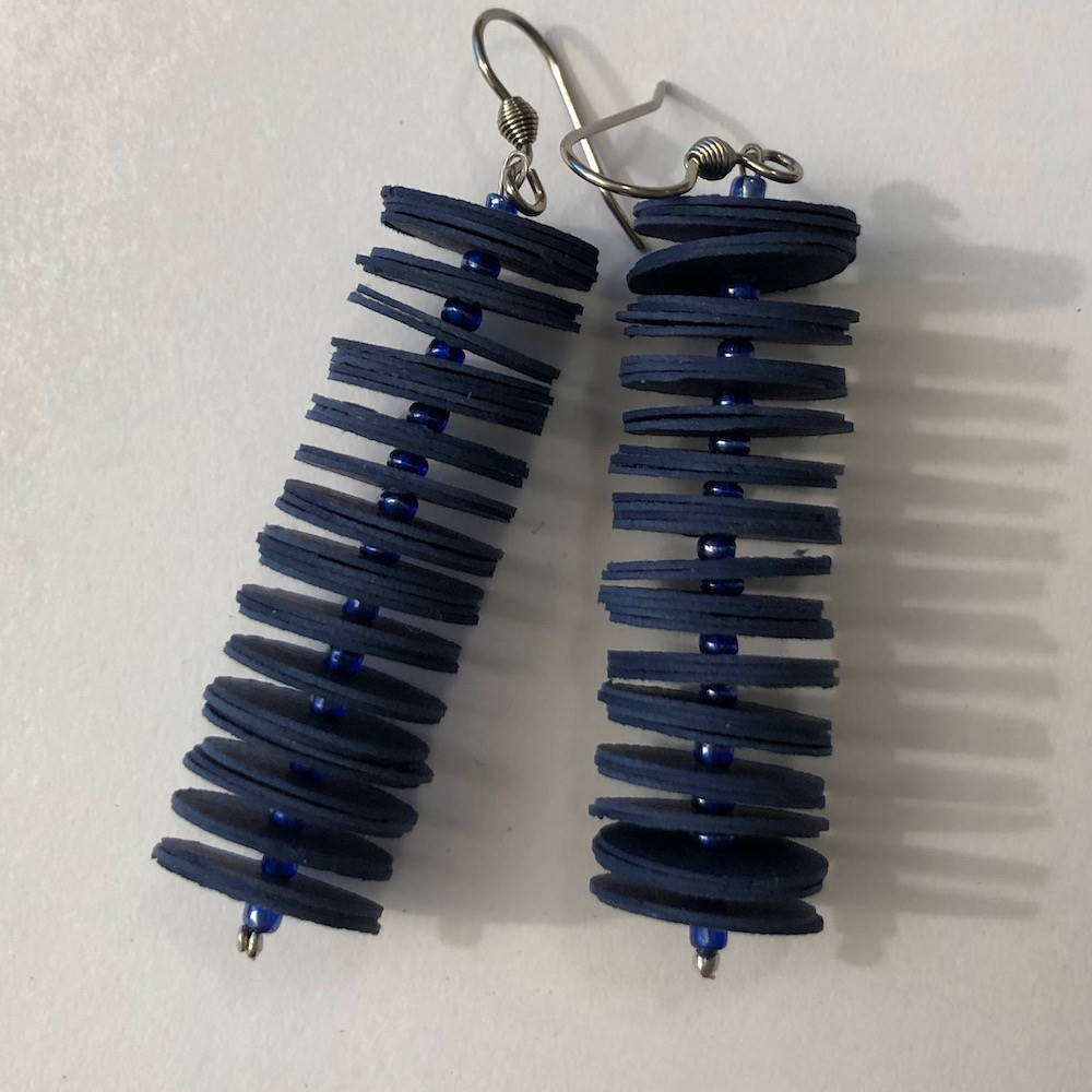 Handgefertigte Ohrringe aus Papier in dunkelblau