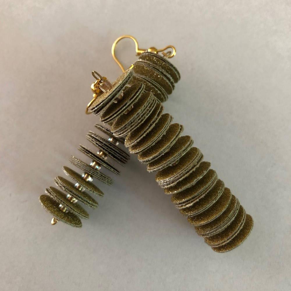 Handgefertigte Ohrringe aus Papier in gold