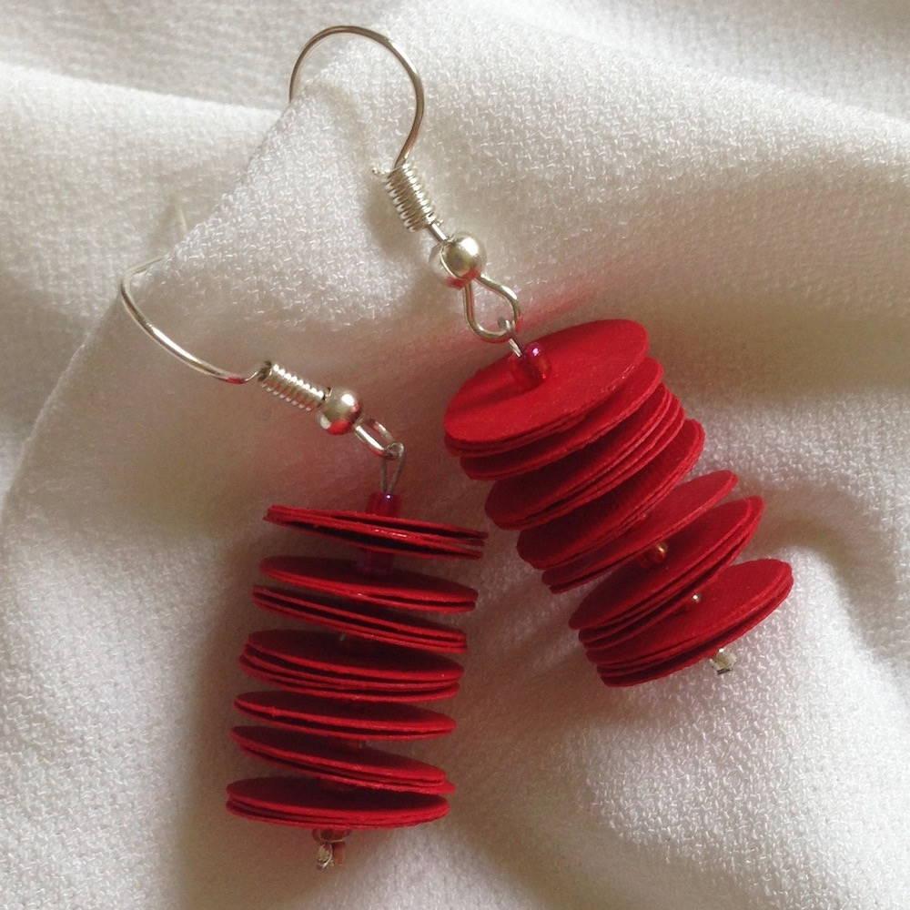 Handgefertigte Ohrringe aus Papier in rot