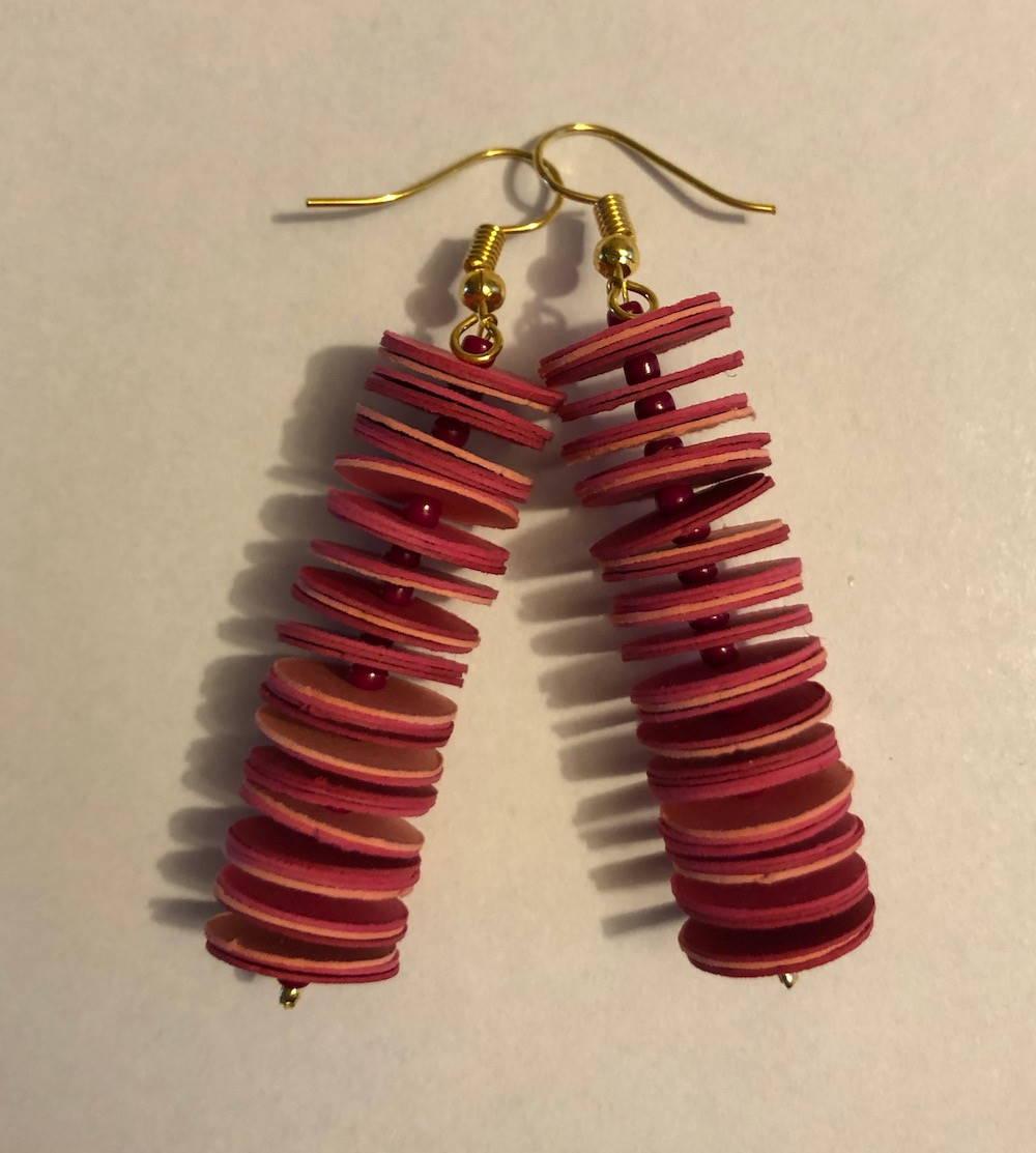 Handgefertigte Ohrringe aus Papier im Farbton Beere