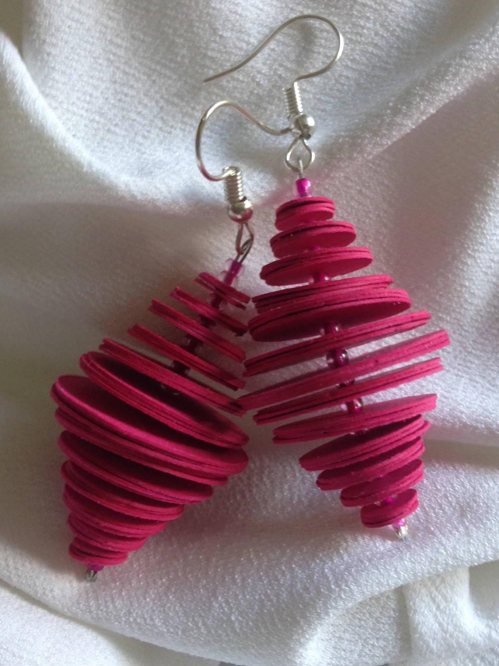 Handgefertigte Ohrringe aus Papier in pink