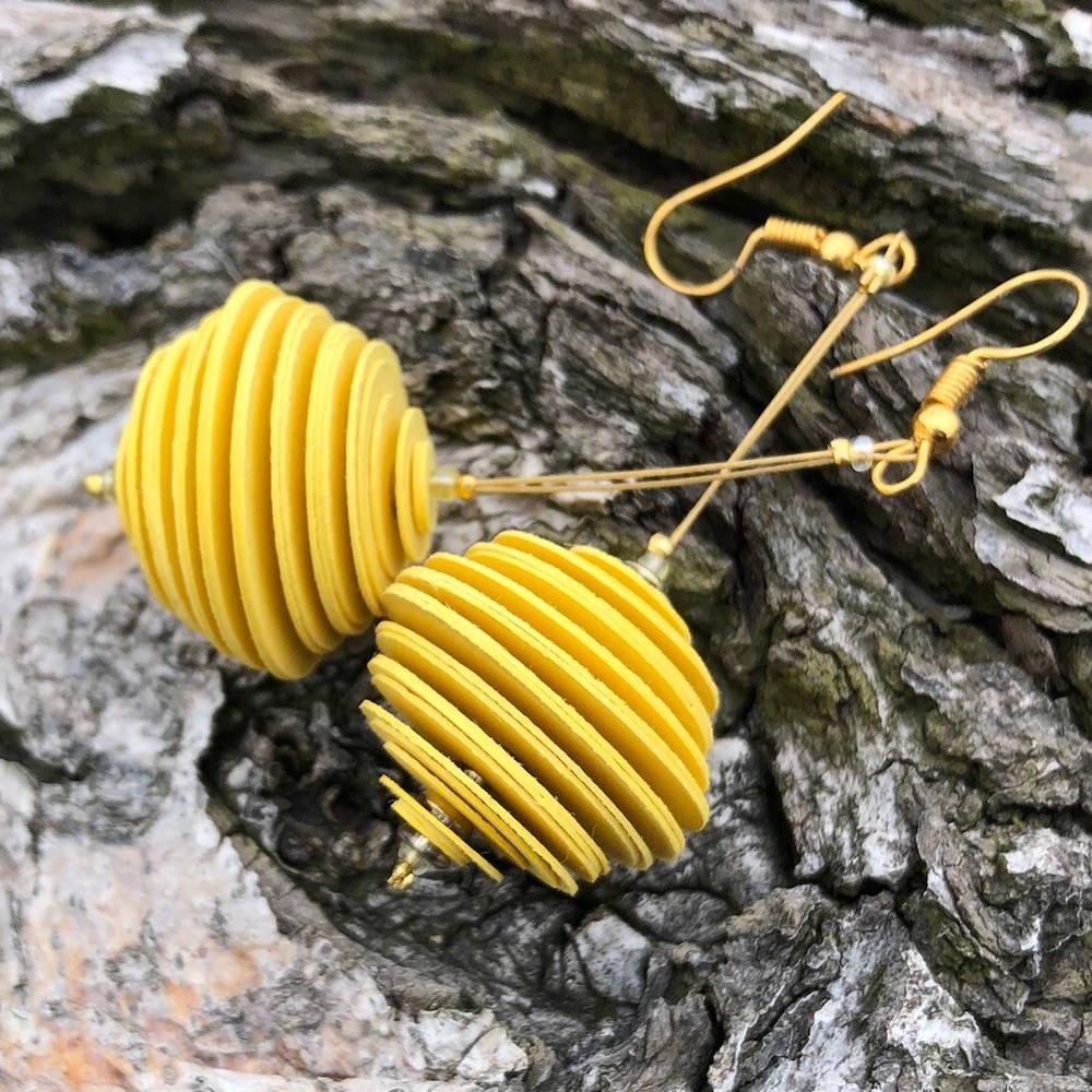 Handgefertigte Ohrringe aus Papier in gelb