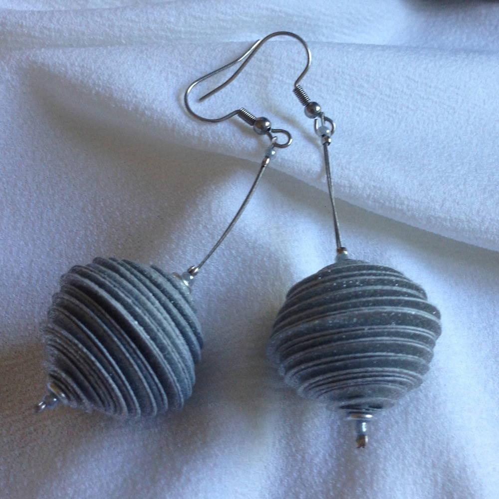 Handgefertigte Ohrringe aus Papier in Kugelform