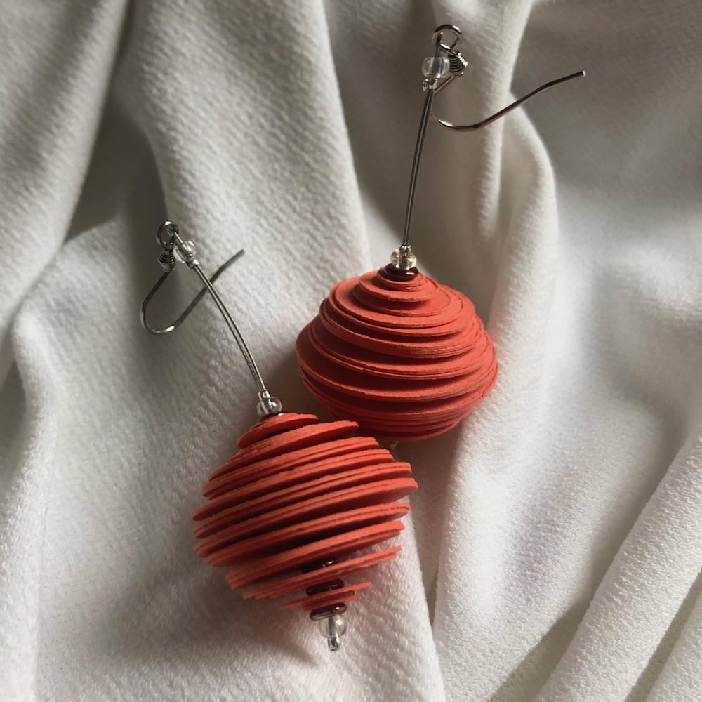 Handgefertigte Ohrringe aus Papier in orange
